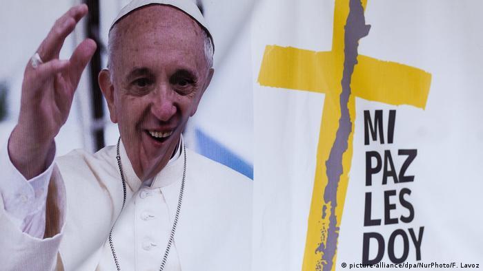 El papa Francisco emprendió hoy su viaje a Chile, desde donde el próximo día 18 se trasladará a Perú, en la que será una visita marcada por la defensa de las poblaciones indígenas y abogará por la protección del clima. (15.01.2018).