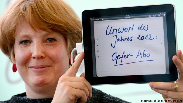 Jury-Mitglied Nina Janich hält einen Tablet-PC hoch, auf dem Unwort des Jahres 2012: Opfer-Abo steht (picture-alliance/dpa/A. Dedert)