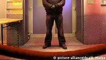 ARCHIV - ILLUSTRATION- Ein Türsteher steht am 14.12.2007 an seinem Arbeitsplatz vor einer Diskothek auf dem Hamburger Kiez. (zu dpa: «Ist der Job des Türstehers gefährlicher geworden?» vom 03.08.2017) Foto: Bodo Marks/dpa +++(c) dpa - Bildfunk+++ | Verwendung weltweit