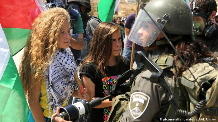 Ahed Tamimi during a 2015 protest against Jewish settlements in the West Bank village of Ramallah (picture-alliance/abaca/AA/I. Rimawi)