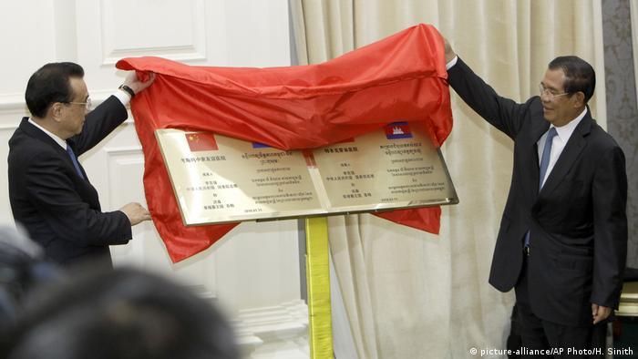 Influencia en Camboya: el primer ministro de China, Li Keqiang (izq), y el primer ministro de Camboya, Hun Sen (re), inauguran un hospital financiado por China.