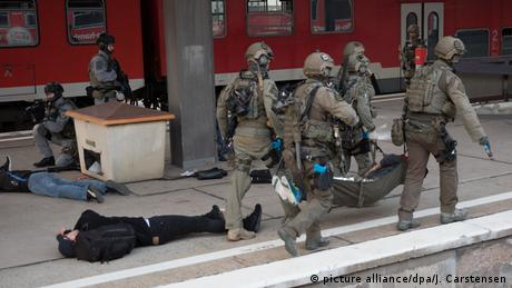 German special forces carrying out a terrorist drill (picture alliance/dpa/J. Carstensen)