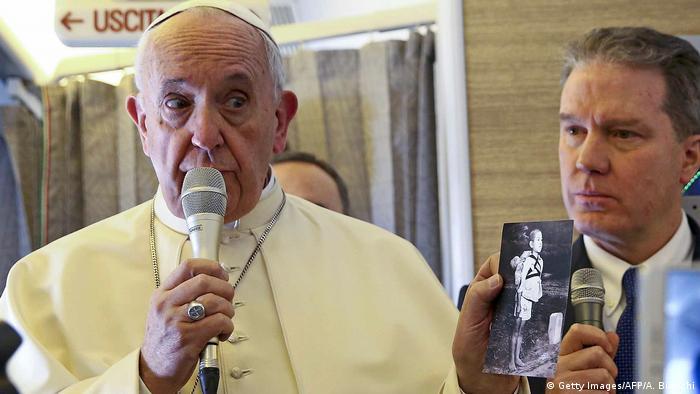 Papa distribui foto de vítimas de bomba nuclear