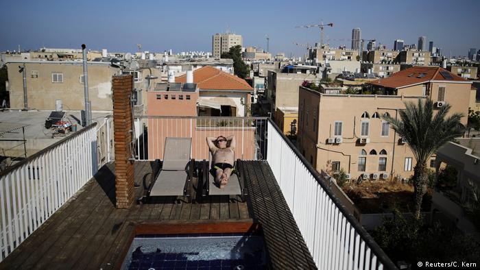 Житель Тель-Авива загорает на крыше