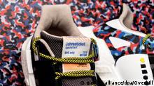 HANDOUT - Undatierte Aufnahme zeigt einen Sneaker des Sportartikelherstellers adidas im Look der Berliner U-Bahn-Sitzbezüge auf einer Sitzban. Die Fahrkarte ist in die Lasche eingearbeitet - Kunden, die damit fahren, sparen im Vergleich zur regulären Jahreskarte fast 800 Euro. Die Schuhe gelten bis Ende 2018 als Fahrkarte in sämtlichen Berliner U-Bahnen, Straßenbahnen, Bussen und Fähren. (zu dpa-Neues aus der Szene vom 11.01.2018) (ACHTUNG: Nur zur redaktionellen Verwendung im Zusammenhang mit der aktuellen Berichterstattung und nur bei Nennung der Quelle: Foto: -/Overkill/dpa +++(c) dpa - Bildfunk+++ |