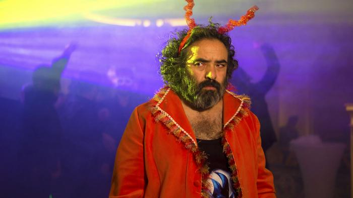 در ۶۸مین دورهی برلیناله که در روزهای ۱۵ تا ۲۵ فوریه (۲۶ بهمن تا ۶ اسفند) برگزار میشود، چهار فیلم از ایران شرکت دارند. خوک، ساختهی مانی حقیقی در بخش اصلی با ۱۸ فیلم دیگر بر سر خرسهای طلایی و نقرهای رقابت میکند. حقیقی در سال ۲۰۱۶ نیز با فیلم اژدها وارد میشود در بخش رقابتی جشنواره فیلم برلین حضور یافته بود. تصویر: حسن معجونی در نمایی از فیلم خوک.
