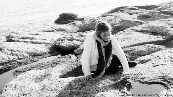 Standbild 3 Tage in Quiberon - Romy Schneider sitzt auf Steinen am Wasser