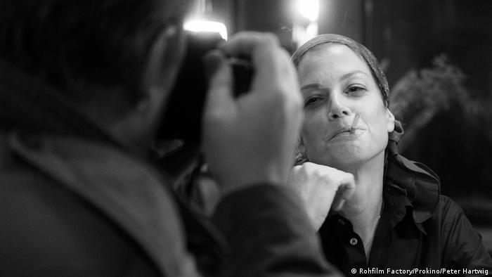 Szene aus dem Film 3 Tage in Quiberon zeigt Marie Bäume in der Rolle der Romy Schneider mit Zigarette im Mund (Rohfilm Factory/Prokino/Peter Hartwig)