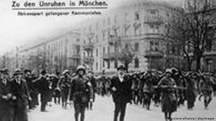 Paramilitares de los Freikorps con prisioneros comunistas en 1919, Múnich