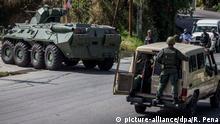 15.01.2018 Soldaten führen am 15.01.2018 einen Einsatz gegen Aufständische in Araguaney, Caracas (Venezuela) durch. Laut offiziellen Angaben wurden mehrere Menschen getötet und verletzt. Über soziale Medien meldete sich der seit über einem halben Jahr gesuchte Anführer der Rebellen, Perez, aus seinem Unterschlupf, schwer blutend und bewaffnet. (zu dpa «Militär in Venezuela greift Aufständische an» vom 15.01.2018) Foto: Rayner Pena/dpa +++(c) dpa - Bildfunk+++