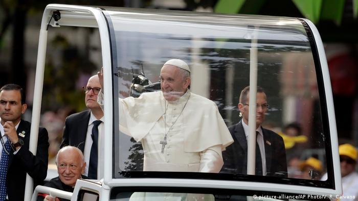En su primer día de actividades en Chile, el papa Francisco cumplirá hoy una extensa jornada en la que se encontrará con la presidenta chilena, Michelle Bachelet, celebrará una misa masiva en un parque de Santiago de Chile y visitará una cárcel de mujeres. (16.01.2018).