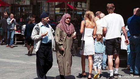 DW: Η συντηρητική στροφή των μεταναστών στη Γερμανία