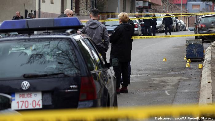Kosovo - Polizei untersucht den Tatort an dem der Kosovo-serbische Politiker Oliver Ivanovic erschossen wurde
