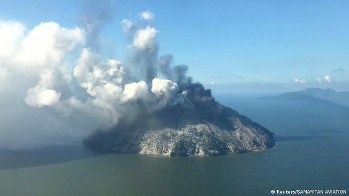 Papua New Guinea Vulkan Kadovar (Reuters/SAMARITAN AVIATION)