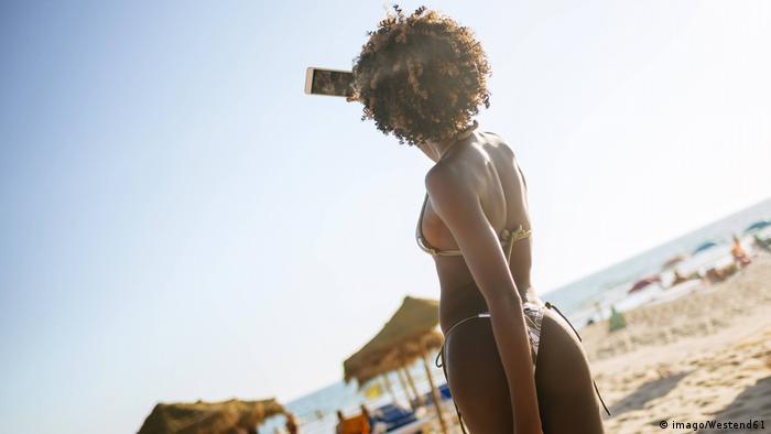 Symbolbild Selfie Bikini Strand