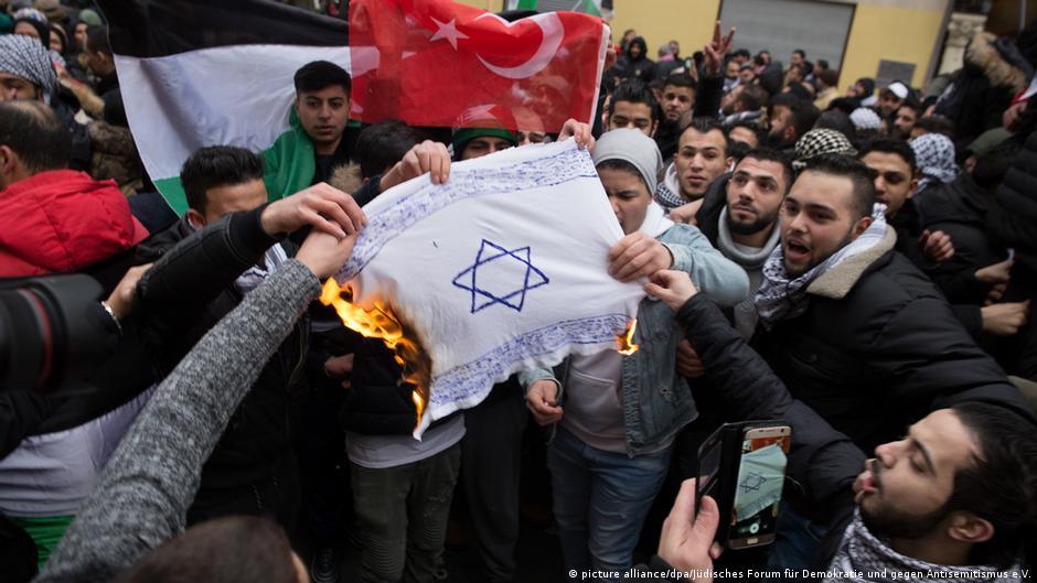 Deutschland Demonstranten verbrennen Fahne mit Davidstern in Berlin (picture alliance/dpa/Jüdisches Forum für Demokratie und gegen Antisemitismus e.V.)