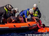 Тисячі біженців продовжують перетинати Середземне море