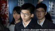 Joshua Wong (M.) auf dem Weg in den Gerichtssaal (picture alliance/AP Photo/Kin Cheung)