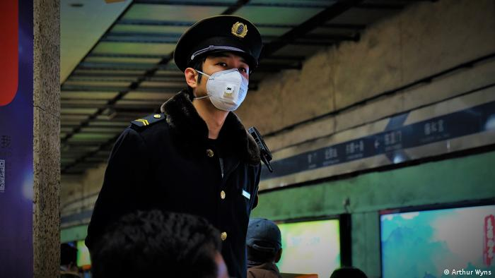 Traffic steward in Beijing wearing face mask (Arthur Wyns)