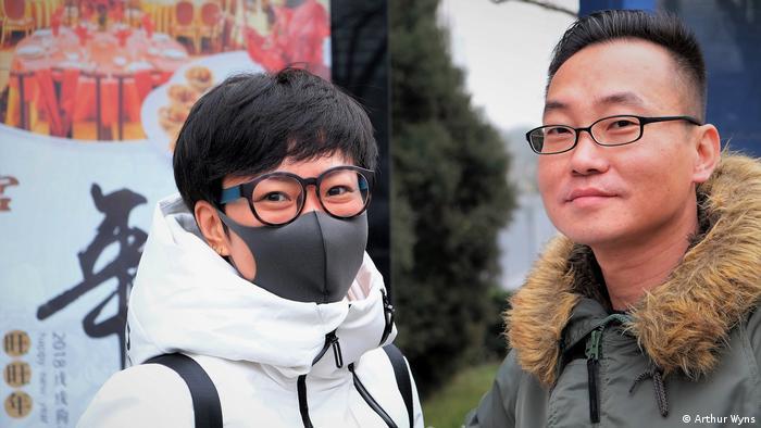 Mulher de máscara e homem de óculos na China