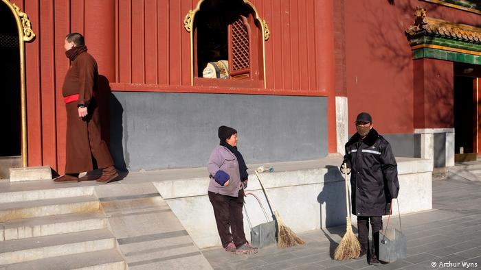 Street Sweepers at the Yonghe Buddhist temple, Beijing (Arthur Wyns)
