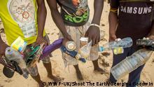 Kenia Lamu Männer sammeln Plasikflaschen