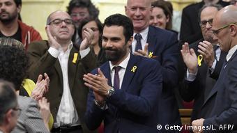 Роже Торрент в окружении депутатов каталонского парламента