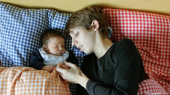 Mutter und Neugeborenes (Imago/photothek)