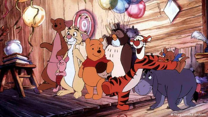 Pooh in a wooden house with his friends (Imago/United Archives)