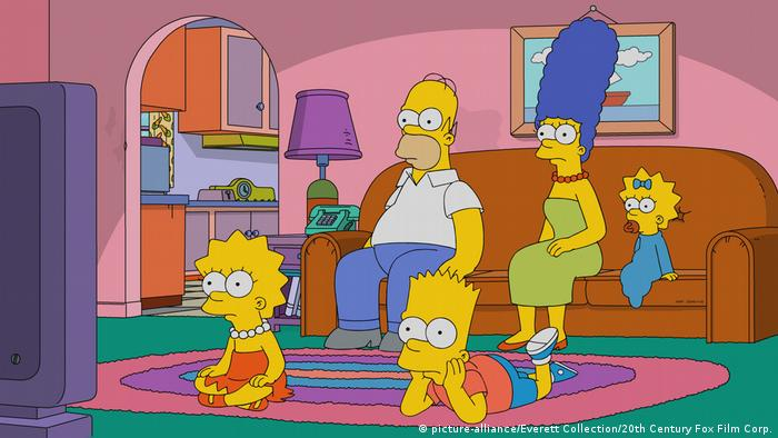 The Simpsons watch television together (picture-alliance/Everett Collection/20th Century Fox Film Corp.)