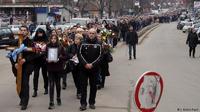 Kosovo Mitrovica - Tausende Menschen auf den Straßen zeigen Respekt gegenüber dem ermordeten Politiker Oliver Ivanovic