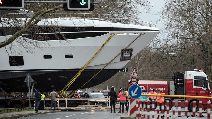 Düsseldorf - Luxusyacht Princess 25M wird zur Messe Boot 2018 transportiert (picture-alliance/dpa/F. Gambarini)