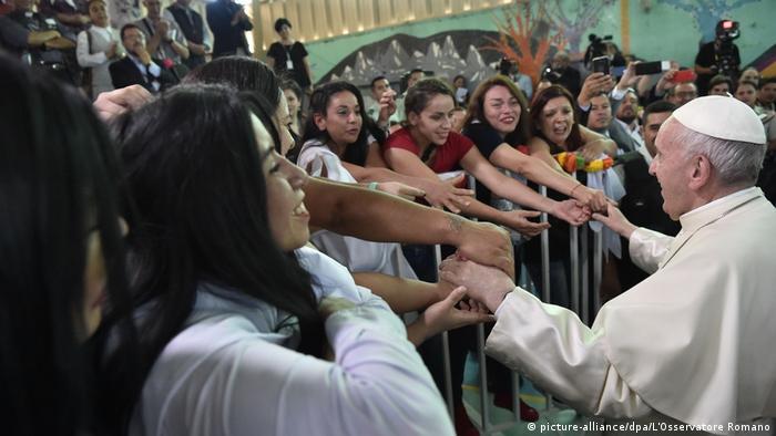 Chile Papst Franziskus besucht Frauengefängnis in Chile (picture-alliance/dpa/L'Osservatore Romano)