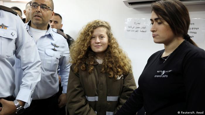Ahed Tamimi na chegada ao tribunal