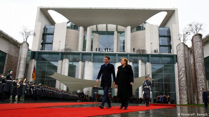 Deutschland Bundeskanzlerin Angela Merkel empfängt österreichischer Kanzler Sebastian Kurz beim militärischen Ehren (Reuters/F. Bensch)