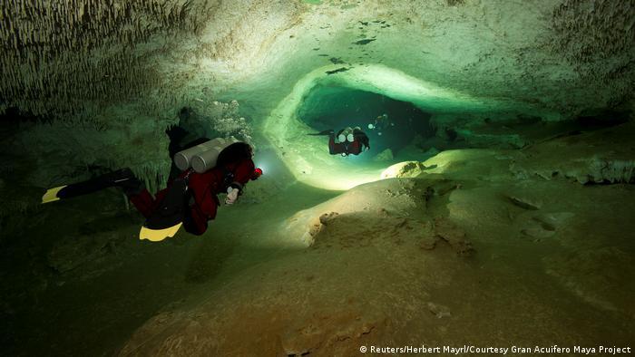 Mergulhadores dentro de caverna submersa no México