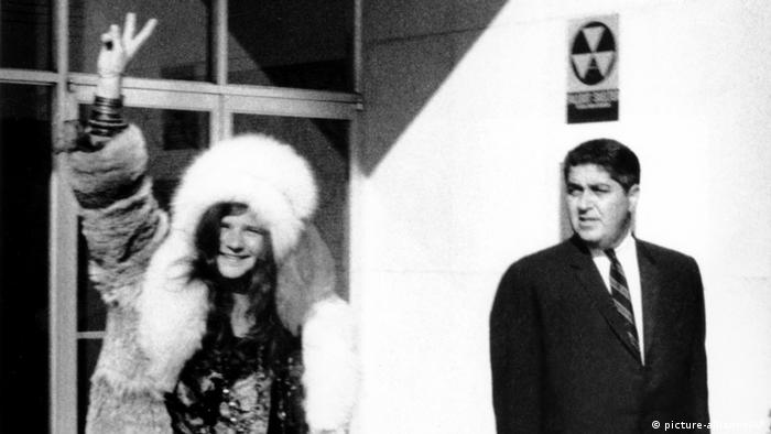 Janis Joplin showing the victory sign, accompanied by her lawyer and leaving the police station (picture-alliance/AP)