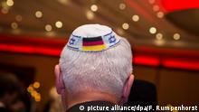 Man seen from behind wearing a kippa with the German and Israeli flag (picture alliance/dpa/F. Rumpenhorst)
