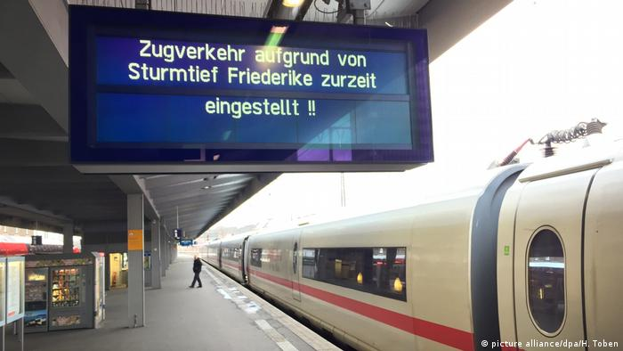 Train station sign informing travellers that trains are not running (picture alliance/dpa/H. Toben)