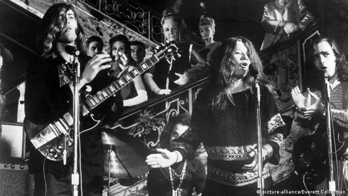 Janis Joplin performs with the band Big Brother an the Holding Company (picture-alliance/Everett Collection)