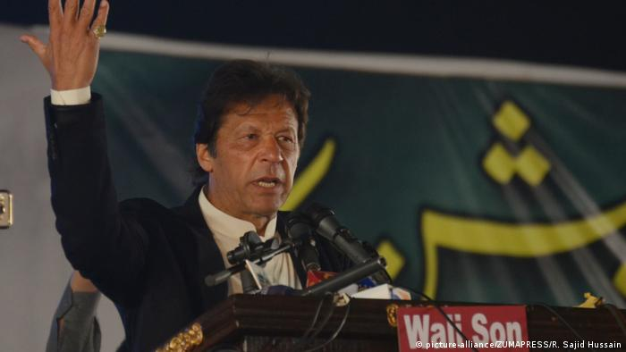 Imran Khan speaks at a political rally in Lahore (picture-alliance/ZUMAPRESS/R. Sajid Hussain)