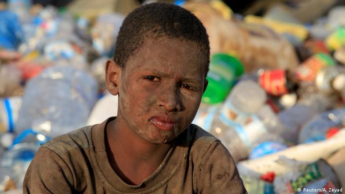 طفولة دمرتها الحرب: لم يتجاوز أيوب محمد رزيق ربيعه الحادي عشر، لكن العائلة تعتمد عليه في جمع القناني البلاستيكية من مكب القمامة، إذ يمكنها بيعها لقاء القليل من المال على الأقل.
