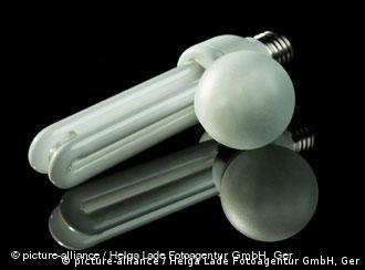 Энергосберегающая и обычная лампочки