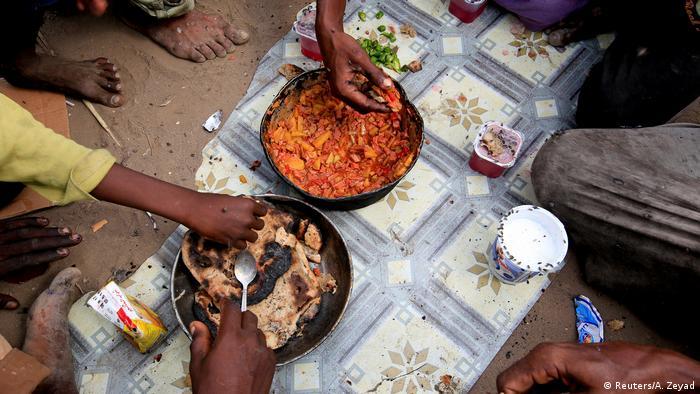 إفطار عائلة رزيق بسيط يتكون من قليل من الخبز والبطاطا والفلفل. ما يجمعونه بشقاء من تلال القمامة التي تفرغها الشاحنات في هذا المكب يشكل القوت اليومي للعائلة الفقيرة الهاربة من جحيم الحرب.