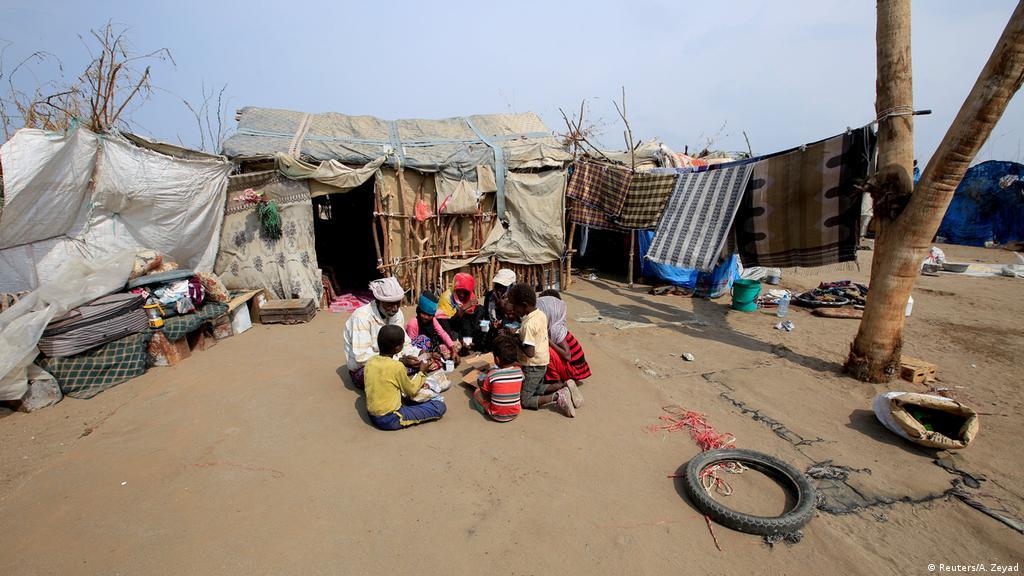 الأسرة المكونة من 18 شخصاً وجدت في هذا المكان مأوى آمناً بعيداً عن منزلها في شمال غرب اليمن، الذي دمرته الطائرات الحربية السعودية في حرب التحالف العربي على الحوثيين.
