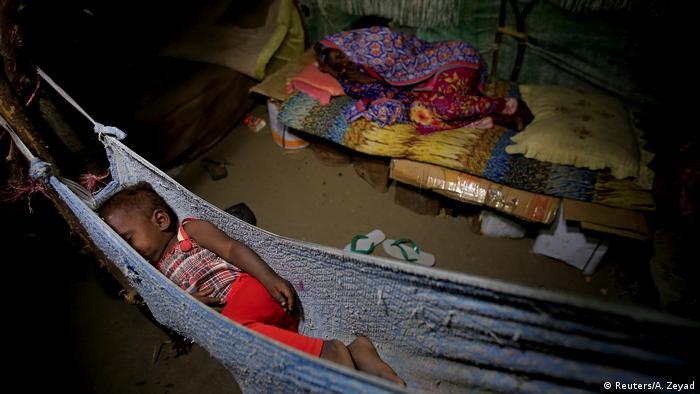 تحت سقف بلاستيكي تعيش الأسرة في كوخها، إذ ينامون على قطع الكارتون والأراجيح القماشية المعلقة. حياة في ظل الحرب، تبرز صعوبتها ووحشيتها بشكل خاص على الأطفال في اليمن، إذ كشفت تقارير المنظمات الدولية أن نحو مليونين منهم يعانون من سوء التغذية.