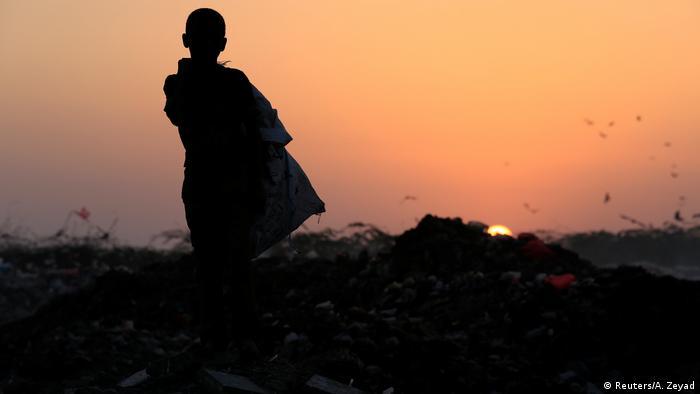 يجوب الطفل أيوب محمد (11 عاماً) مكب القمامة حتى غروب الشمس. لا يصل إلى مقدار قليل من المساعدات الدولية إلى اليمن، إذ ما تزال السعودية وحلفاؤها تغلق الموانئ والمطارات في حربها مع الحوثيين.