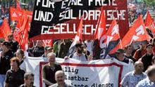 Demonstranten ziehen am Freitag, 1. Mai 2009, in Berlin zum Brandenburger Tor. Zum Tag der Arbeit hatte der Deutsche Gewerkschaftsbund, DGB, zu Kundgebungen im ganzen Land aufgerufen. Im Mittelpunkt standen dieses Jahr die Folgen der schweren Wirtschaftskrise fuer die Beschaeftigten. Der Aufruf des DGB zum 1. Mai stand unter dem Motto Arbeit fuer alle bei fairem Lohn!. (AP Photo/Gero Breloer) --- Demonstrators march through a street in Berlin on Friday, May 1, 2009. Banner reads for a free and solidly united community. The German Confederation of Trade Unions, DGB, hosted a demonstration in Berlin. (AP Photo/Gero Breloer)