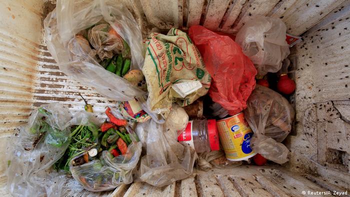 كفاح يومي من أجل البقاء: في بقايا ثلاجة عاطلة تجمع أسرة رزيق ما تجده من غذاء في مكب النفايات.