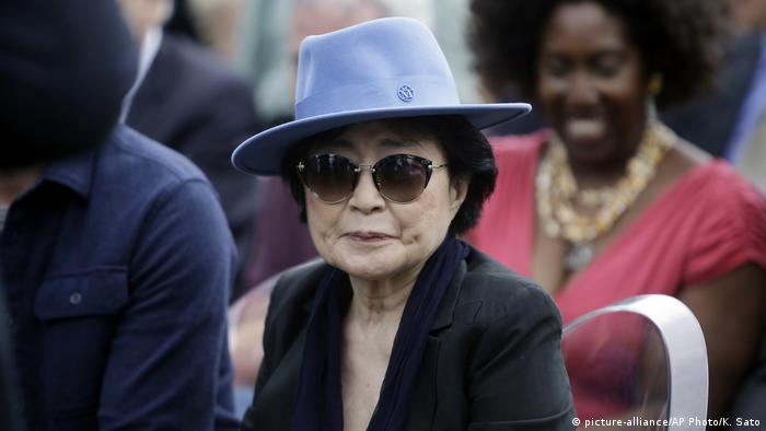 Yoko Ono mit Hut (picture-alliance/AP Photo/K. Sato)